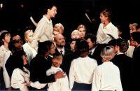Carola Günther (Cherubin), Bernadette Kiss (Barbarina), Opernchor © Frank Heller